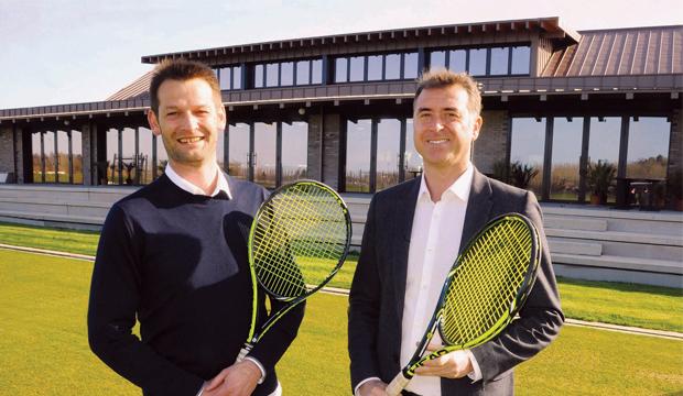 Unique en France, le Lawn Tennis Club de Deauville s'ouvre aux sportifs et aux entreprises.
