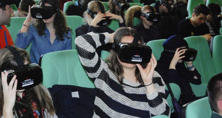 Etudiante utilisant la réalité virtuelle