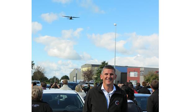Membre de la filière NAE la BA105 d'Evreux a salué à sa façon l'inauguration du bâtiment d'un de ses fournisseurs. Au premier Franck Drouault.